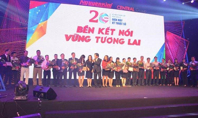 Chủ tịch Nguyễn Văn Kim tri ân các nhân viên đã có những đóng góp tiêu biểu trong quá trình phát triển của Công ty