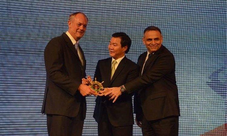 Chủ tịch Nguyễn Văn Kim và Nguyên TGĐĐH Philippe Broianigo trao biểu tượng Bánh lái Điều hành cho Tân TGĐĐH của NK - Ông Warren Hodder
