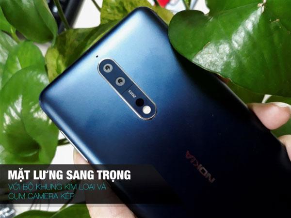 Khung Nokia 8 bằng kim loại với logo Nokia được khắc ngay trung tâm. Cụm camera kép nằm chiều dọc khiến người dùng liên tưởng đến chiếc Lumia từng khuynh đảo công đồng công nghệ một thời về chất lượng camera.