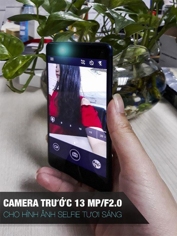 Camera trước độ phân giải 13MP và khẩu độ F/2.0, cho ảnh selfie màu sắc tươi sáng, độ chi tiết cao trong nhiều điều kiện ánh sáng khác nhau.