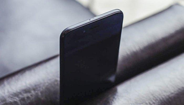 Cạnh trên Xiaomi Mi 5X là mic phụ cùng cổng hồng ngoại