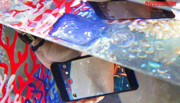 """Điện thoại HTC U11 vẫn """"ngon lành"""" khi cho vào nước"""