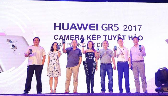 Mỹ Tâm thích thú với camera kép của Huawei GR5 2017