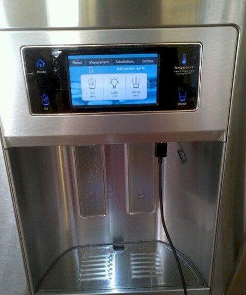 Tủ lạnh cũng có thể sạc được điện thoại đấy, tiện lợi ghê chưa?