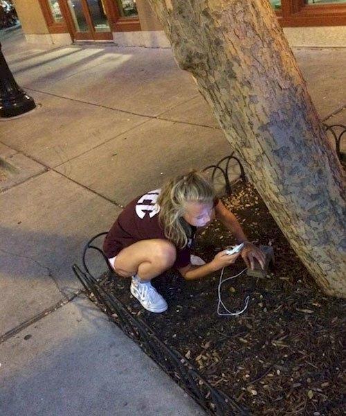 Sạc pin điện thoại có cần phải khổ thế này không?