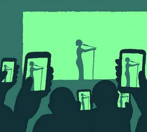 Không cần nghe ca sĩ hát, chỉ cần một địa điểm để check in Facebook.