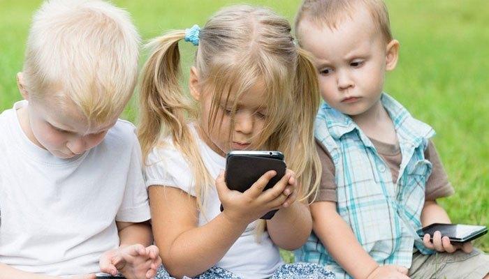 Trẻ em có nên dùng điện thoại?