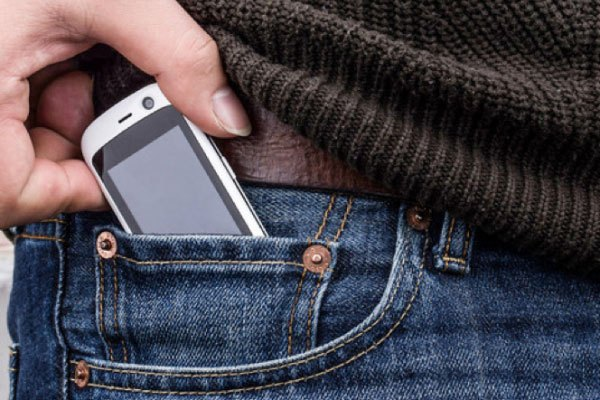 Điện thoại dễ dàng nằm gọn trong túi quần jean nhỏ