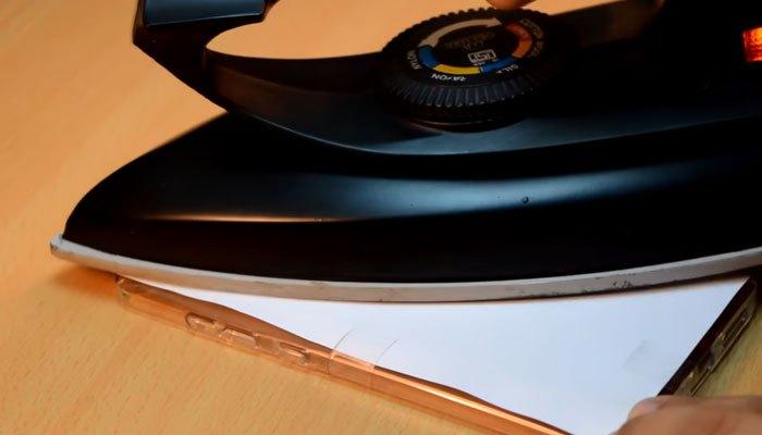 Dùng bàn ủi in hình vào ốp lưng điện thoại
