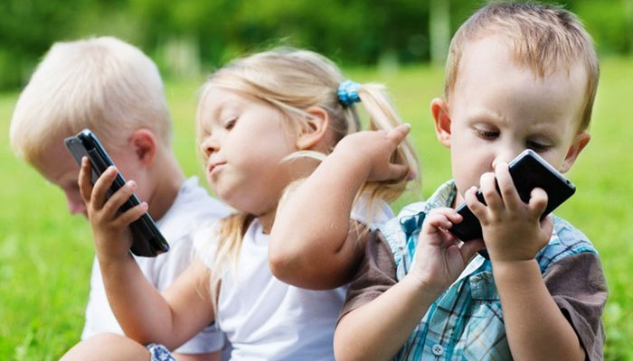 Trẻ em ngày nay có thể sử dụng thành thạo nhiều thiết bị công nghệ chẳng hạn điện thoại