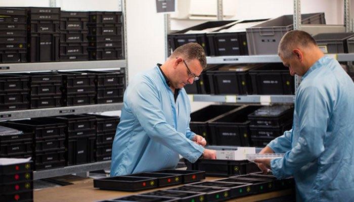 Các kỹ sư không ngừng quan sát quy trình sản xuất điện thoại Vertu
