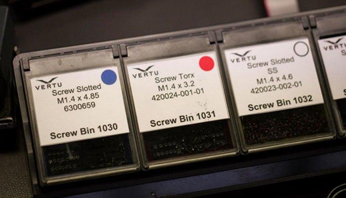 Ốc vít được đánh dấu trong quy trình sản xuất điện thoại Vertu