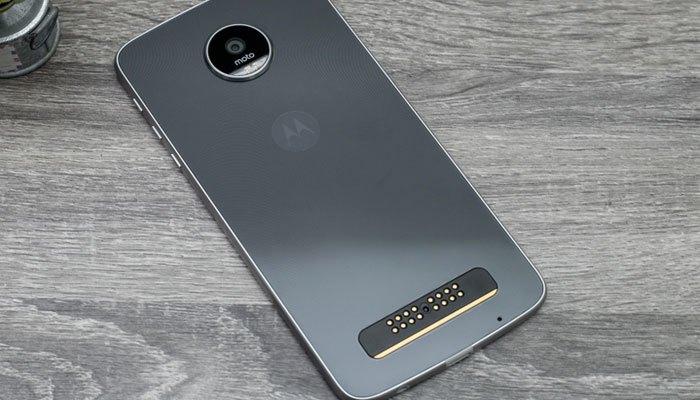 Điện thoại Moto Z Play có thiết kế chắc chắn