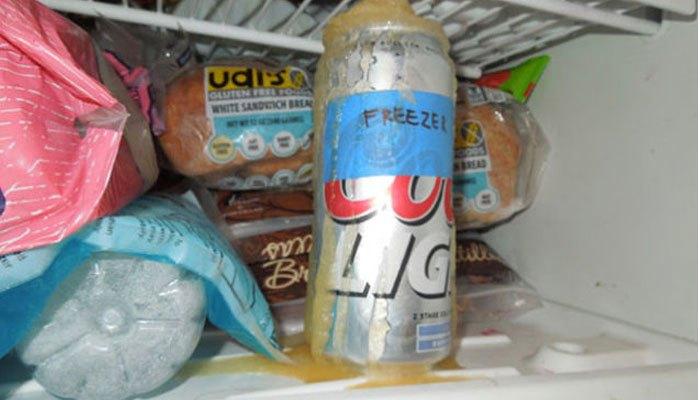 """Lon nước ngọt sẽ nổ """"tan xác"""" gây nguy hiểm đến bạn và những người thân yêu trong gia đình nếu bạn đặt chúng trong ngăn đá tủ lạnh"""