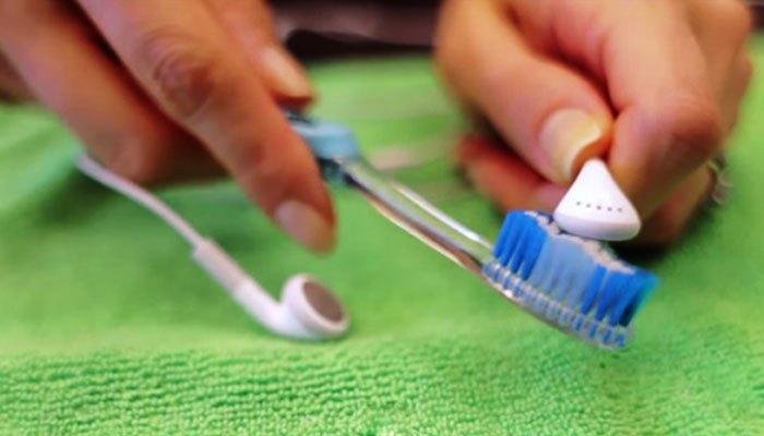 bàn chải đánh răng cũ để vệ sinh tai nghe