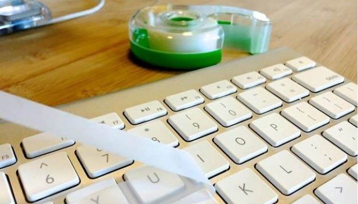 làm sạch bàn phím bằng băng dính