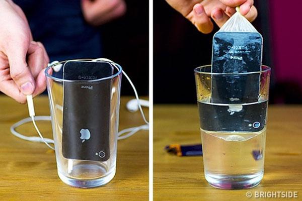 Sử dụng bao cao su để kháng nước là cách hay đối với những smartphone không hỗ trợ tính năng này. Màng bao cao su cũng không quá dày, từ đó giúp việc chụp ảnh dưới nước không bị ảnh hưởng quá nhiều.