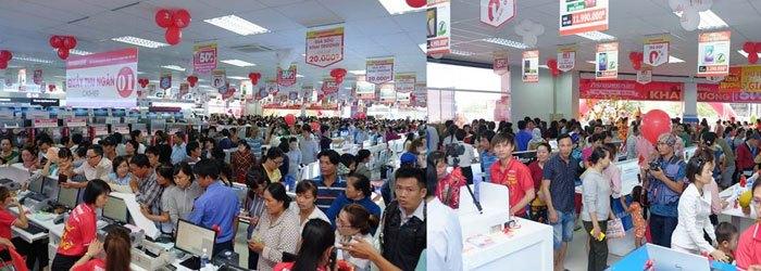 Khách hàng đến mua sắm và được nhân viên Nguyễn Kim phục vụ nhiệt tình