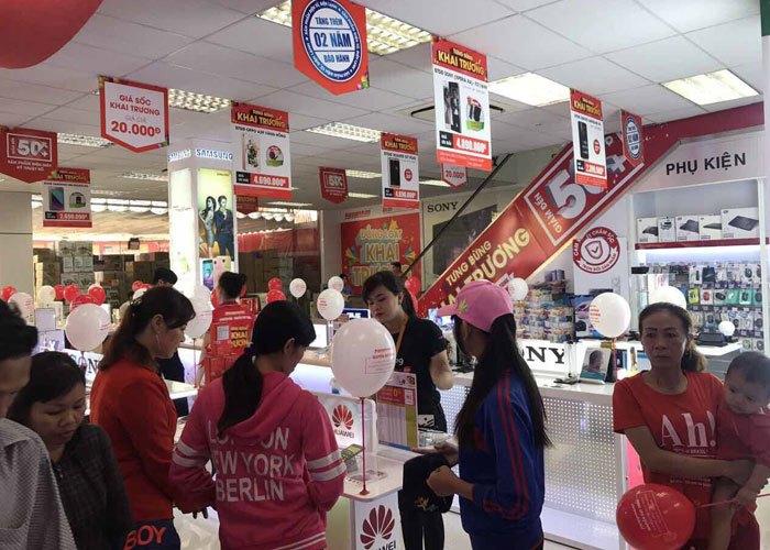 Khách hàng tấp nập đến Nguyễn Kim mua sắm