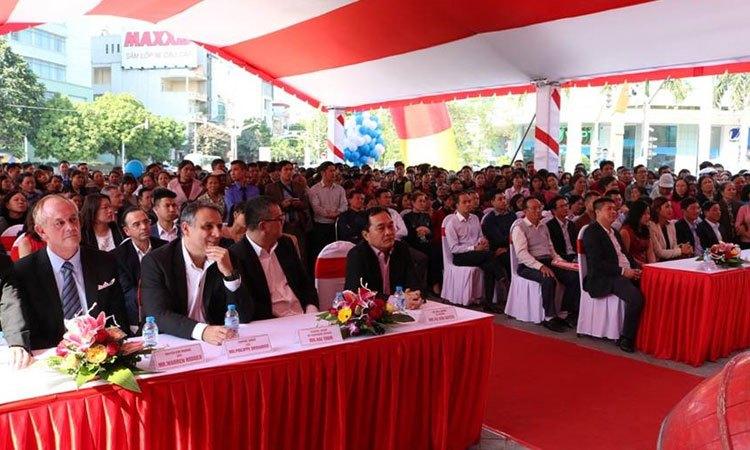 Quan khách cùng Ban lãnh đạo Công ty hiện diện đông đủ tại Trung tâm mua sắm Nguyễn Kim mới