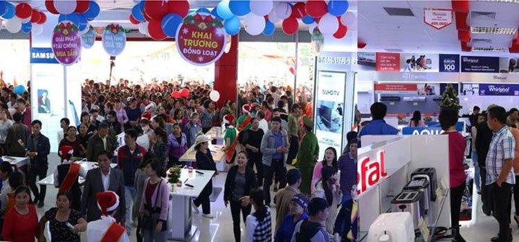 Rất đông những khách hàng đầu tiên đến tham quan, mua sắm tại Trung tâm mua sắm Nguyễn Kim ngay sau giờ khai trương