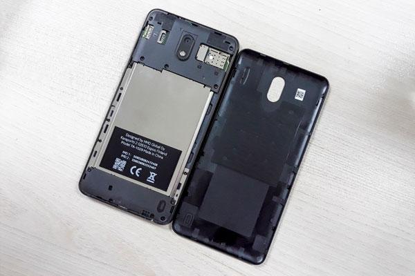 Pin của Nokia 2 được gắn chặt vào thân máy và người dùng sẽ không thể tự ý tháo lắp