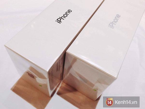 Điểm đặc biệt ở màu sắc của chữ iPhone nằm trên thân hộp, chúng được in màu khớp theo đúng mẫu máy. Từ trái sang: Space Gray, Silver.