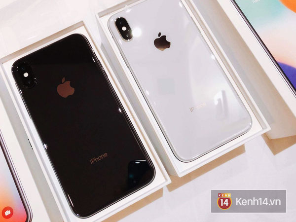 Mặt kính ốp lưng của iPhone X rõ là vẫn thể hiện được ưu điểm của nó khi khiến khung máy đồng bộ hơn về mặt thẩm mỹ, không còn dải thu sóng rối mắt.