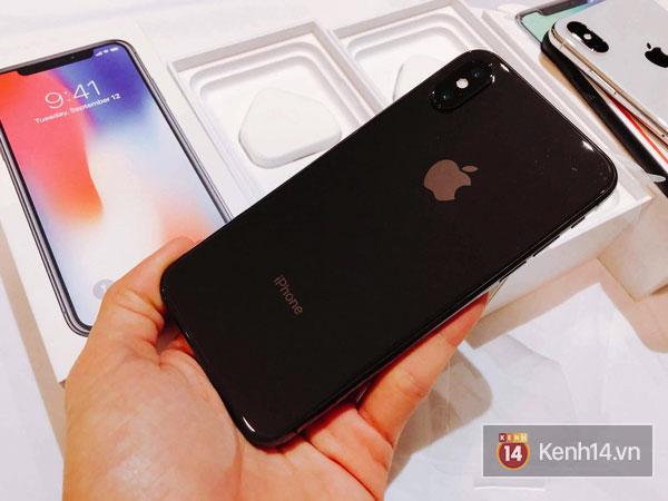 Về thiết kế, iPhone X có khung viền thép kim loại cao cấp không gỉ với 2 mặt kính ốp cả trước và sau tạo sự tinh tế chuẩn xác đến từng chi tiết.