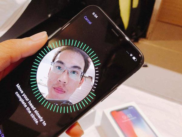 Thanh trạng thái vòng tròn phải được chạy lấp đầy hết thì iPhone X mới hoàn thành công đoạn xác nhận.