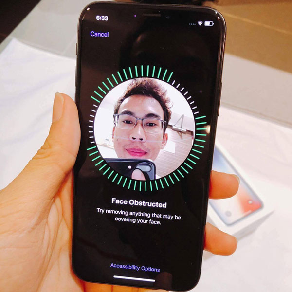 """Khi phát hiện có vật thể lạ """"ngáng đường"""" - mà ở đây là chiếc iPhone 7 Plus đang đưa lên chụp ảnh - iPhone X đã ngay lập tức tạm dừng, báo hiệu loại bỏ chướng ngại vật trước khi tiếp tục nhận mặt."""