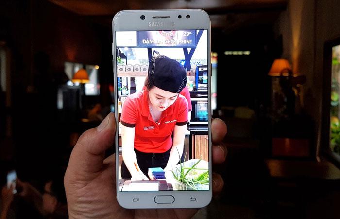 Galaxy J7+ đánh dấu lần đầu tiên Samsung trang bị camera kép trên điện thoại tầm trung