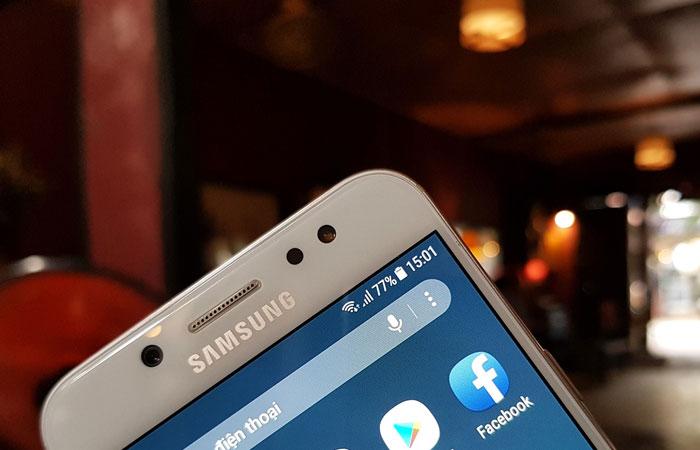 Đèn Flash LED giúp bạn chụp ảnh selfie trên Galaxy J7+ bất chấp mọi điều kiện ánh sáng
