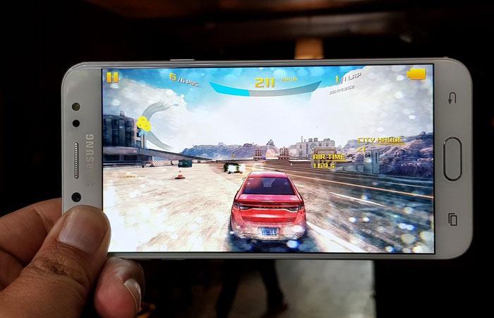 Vấn đề nóng máy khi chơi game thời gian dài đã được giải quyết trên Galaxy J7+