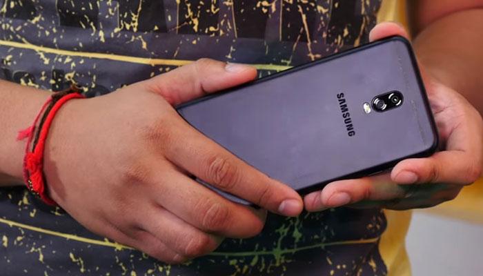 Galaxy J7+ cho cảm giác cầm nắm rất thoải mái