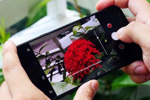 Cụm camera xu hướng với độ phân giải và khẩu độ ấn tượng, Galaxy J7 Plus giúp bạn lưu giữ mọi khoảnh khắc đẹp trong cuộc sống dễ dàng hơn