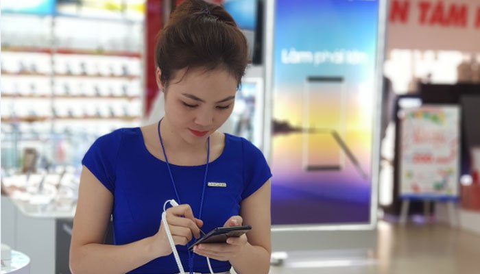 Nhân viên tư vấn cũng không cưỡng lại sức hấp dẫn từ Galaxy Note 8
