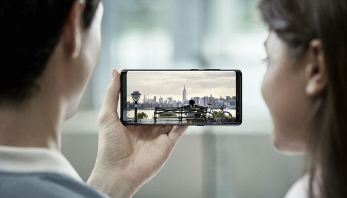 Màn hình điện thoại Galaxy Note 8 có không gian hiển thị lớn hơn, nhưng kích thước tổng thể vẫn trông nhỏ gọn vừa tay người dùng