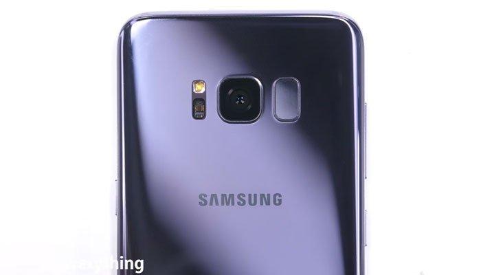Mặt lưng của điện thoại Galaxy S8 vẫn không trầy xước