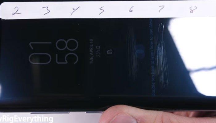 Và kết quả là màn hình điện thoại Galaxy S8 chỉ trầy ở cấp độ 6-7