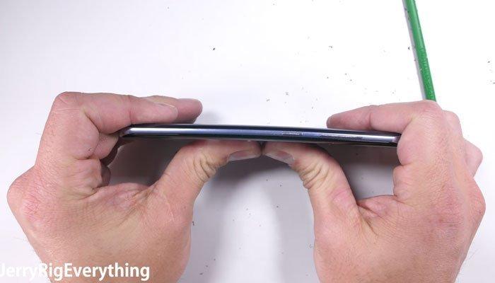 Bẻ cong điện thoại Galaxy S8 cũng không xi nhê
