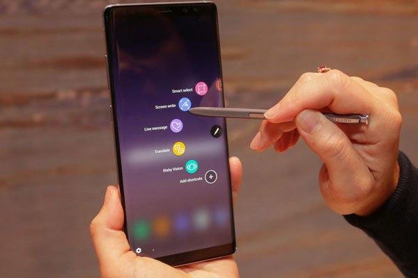 Air Command của bút S Pen trên điện thoại Galaxy Note 8 có khả năng xoay để đa dạng phím tắt như mở trực tiếp ghi chú, Live Message, Smart Video.