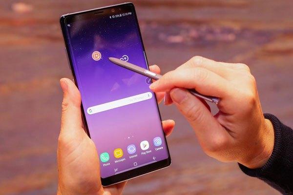 Để lưu giữ ghi chú trên điện thoại, bạn có thể thu gọn ghi chú và di chuyển nó quanh màn hình.