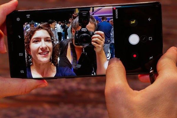 Khó khăn không bấm được nút chụp ảnh khi tự sướng đã được giải quyết trên Galaxy Note 8 nhờ khả năng di chuyển của nút chụp. Bạn chỉ cần ấn và kéo thì nút chụp có thể di chuyển theo trên màn hình. Việc selfie nhờ vậy mà dễ dàng hơn.