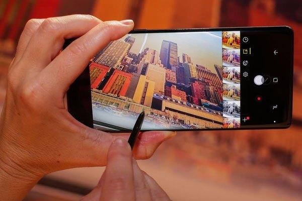 Để mở bộ lọc trên camera điện thoại dễ dàng hơn, bạn chỉ cần dùng ngón tay hoặc bút ma thuật S Pen vuốt từ cạnh phải sang trái.