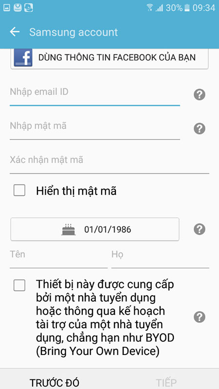 Lúc này, bạn có 2 cách để để đăng ký.Nhấn vào Dùng thông tin Facebook của bạn, nếu muốn sử dụng tài khoảnFacebook; hoặc điền vào những ô trống bên dưới tài khoản Samsung Account.