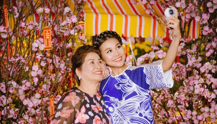 Thanh Hằng đi chợ hoa Tết với camera Gear 360
