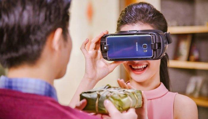 Ông Cao Thắng dùng camera gear 360 quay cảnh làm bánh chưng kết hợp cùng Galaxy S7 edge