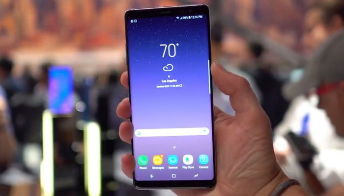 Tuy sở hữu màn hình lên đến 6.3  inch nhưng Galaxy Note 8 vẫn có trọng lượng khá nhẹ. Vì thế khi cầm trên tay, bạn sẽ không có cảm giác nặng nề mà vẫn rất chắc chắn và thoải mái