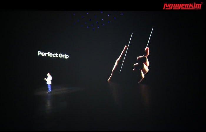 Điện thoại Galaxy Note 8 cầm nắm thoải mái